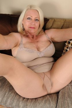 Curvy mature in tights.