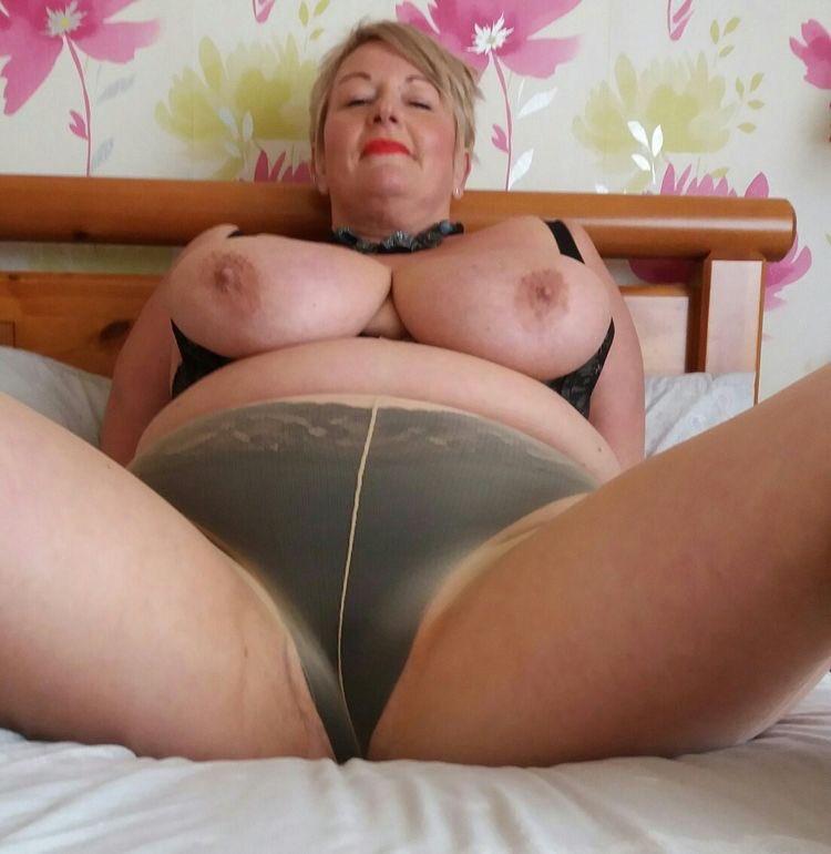 Big curvy granny in her tights.